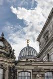 Kupol av Albertinumen och den oerhörda molniga himlen Museum av modern konst dresden germany Arkivfoton