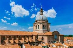 Kupol av basilikan av Sant 'Andrea i den historiska mitten av Mant fotografering för bildbyråer