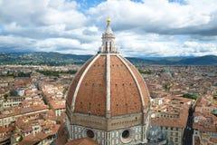 Kupol av den forntida domkyrkan av Santa Maria del Fiore över Florence på en molnig September dag italy Royaltyfri Fotografi