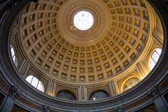 Kupol in av den röda runda korridoren i Vaticanenmuseum royaltyfri foto