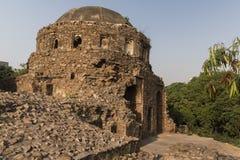 Kupol av den unika designen bredvid den Bijaymandal slotten i Jahanpanah Arkivbilder