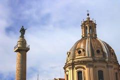 Kupol av det kyrkliga helgedomnamnet av Mary och av Trajans kolonn rome Arkivfoto