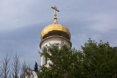Kupol av det kyrkliga Stet Nicholas i bosättningen Lazarevskoe, Sochi Royaltyfria Bilder