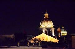 Kupol av en kyrka på natten royaltyfria foton
