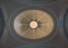 Kupol av en kyrka underifrån royaltyfri bild