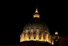 Kupol av St Peter vid natt Arkivbilder
