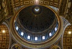 Kupol av St Peters Basilica i Vaticanen royaltyfri bild