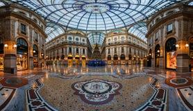 Kupol för mosaiskt golv och exponeringsglasi Galleria Vittorio Emanuele II in Royaltyfri Bild
