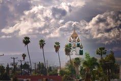 Kupol för ortodox kyrka under lynnig himmel royaltyfria foton