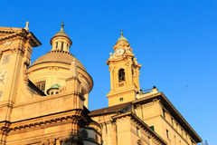 Kupol och klockstapel av kyrkliga Chiesa del Gesu i Genua Royaltyfri Fotografi