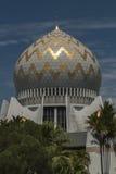 Kupol och minaret av Sabah State Mosque i Kota Kinabalu Royaltyfria Foton