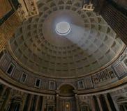 Kupol och Oculus i panteon Arkivfoto