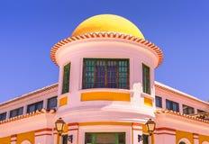 Kupol som buidling med vit- och gulingfasaden i sydliga Portugal Arkivfoto