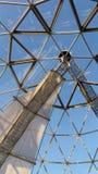 Kupol som göras av trianglar på ett utkiktorn mot en blå himmel Royaltyfria Bilder