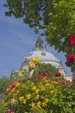 Kupol som inramas med blommor i London arkivfoton