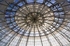 Kupolbyggnad av botaniska trädgården som in göras av exponeringsglas och metall royaltyfria foton