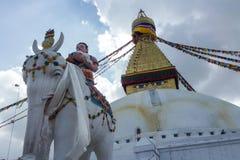 Kupolen av Boudhanathen Stupa med statyer och bönen sjunker, Katmandu, Nepal royaltyfri fotografi