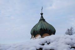 Kupolen av en ortodox kyrka i vintern Arkivbild