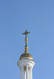 Kupolen av kyrkan med ett kors Royaltyfri Fotografi
