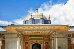 Kupolen av porten av Felicity, Topkapi slott, Istanbul royaltyfria foton