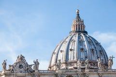 Kupolen av St Peter i Rome italy royaltyfri bild