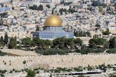 Kupolen av vagga i Jerusalem, i bakgrunden på det vänstert Royaltyfri Foto