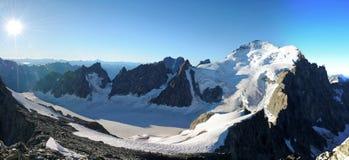 Kupolen de Neige des Ecrins och glaciären Blanc Arkivbild