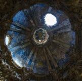 kupolen för  för â› ªï¸ FÖRDÄRVAR DEN KYRKLIGA in efter theðŸ'¥världskrig II arkivbild