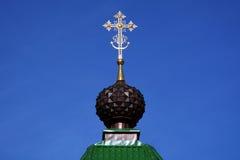 Kupolen med korset av ryska ortodoxa Christian Gate Church i Ganina Yama Arkivfoto
