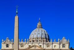 Kupolen och övredelen av fasaden av St Peter ` s Royaltyfri Fotografi