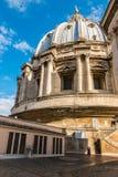 Kupolen ovanför taket av StPeter basilika, R Royaltyfria Bilder