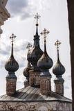 Kupoler av den gamla ortodoxa domkyrkan i Ryssland Royaltyfri Fotografi