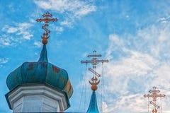 Kupoler av den gamla templet mot den blåa himlen royaltyfria bilder