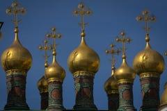 Kupoler av den Verkhospassky domkyrkan i MoskvaKreml Arkivfoto