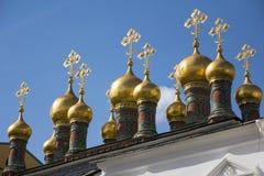 Kupoler av den Verkhospassky domkyrkan i MoskvaKreml Arkivfoton