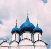 Kupoler av domkyrkan av Kristi födelsen av Theotokosen i Suzdal Arkivbild