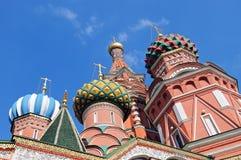 Kupoler av domkyrkan för St-basilika` s på den röda fyrkanten Arkivfoton