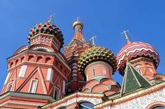 Kupoler av domkyrkan för St-basilika` s på den röda fyrkanten Arkivbild
