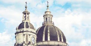 Kupoler av domkyrkan som ?r h?ngiven till helgonet Agatha Sikten av staden av Catania, Sicilien, Italien royaltyfri bild