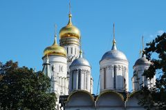 Kupoler av domkyrkor i MoskvaKreml royaltyfria bilder