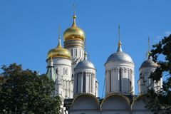 Kupoler av domkyrkor i MoskvaKreml royaltyfri fotografi