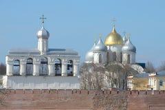 Kupoler av klockstapeln och Hagiaen Sophia på en bakgrund av vårdagen för blå himmel veliky novgorod för antagandeauktionkyrka Royaltyfri Bild