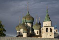 Kupoler av kyrkan mot dramatisk molnig himmel Royaltyfri Bild