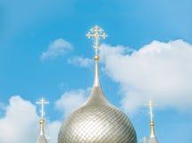 Kupoler av rysskyrkan mot blåttskyen. Royaltyfri Fotografi