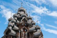 Kupoler av träkyrkan i Kizhi Royaltyfria Bilder