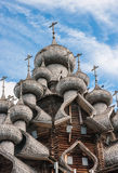 Kupoler av träkyrkan i Kizhi Fotografering för Bildbyråer