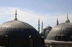 Kupoler och tornspiror i Istanbul royaltyfri foto