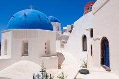Kupoler Oia för ortodoxa kyrkor på den Santorini ön, Grekland Royaltyfri Bild