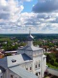 Kupolerna av den forntida kyrkan mot himlen Royaltyfria Bilder