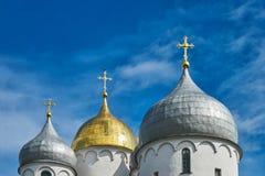 Kupolerna av den ortodoxa kyrkan mot den blåa himlen arkivfoton